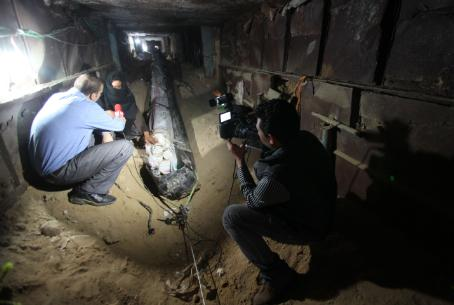 Gaza tunnel technology - laying power lines