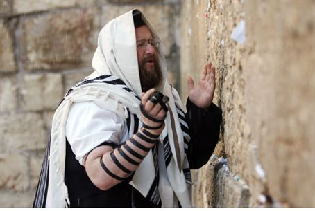 Man wearing tefillin