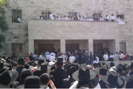 Crowds wait at Porat Yosef yeshiva