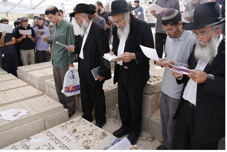 Prayer at the grave of Rabbi Kook