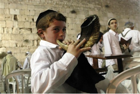 Shofar blower at the Kotel (illustrative)