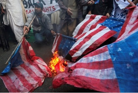 Afghani prrtesters burn American flags