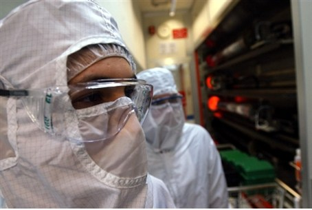 Intel scientists in 'clean room'