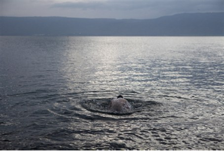 Man immerses himself in the Kinneret