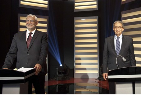 Egyptian presidential hopefuls Amr Moussa (R)