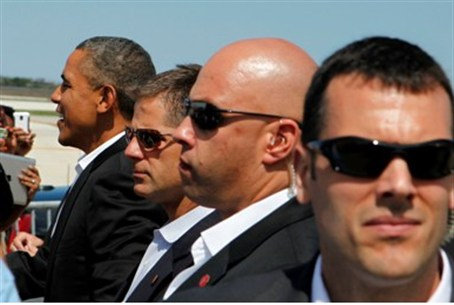 Obama with Secret Service men