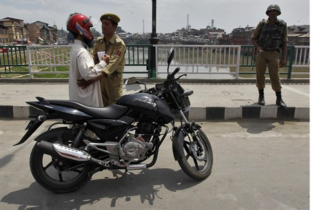 Police search in Kashmir ahead of India indep