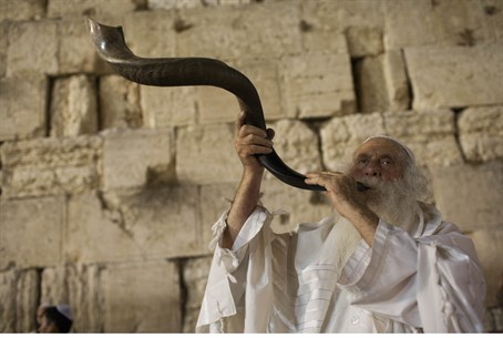 Blowing the shofar at the Kotel (Western Wall