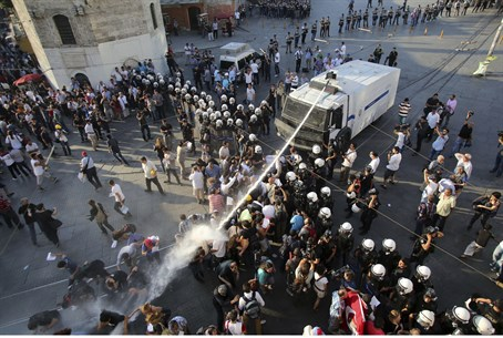 Turkish police use water cannon aainst Gezi P