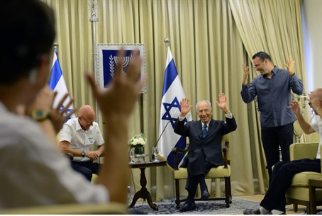 Shimon Peres practicing sign language ahead o