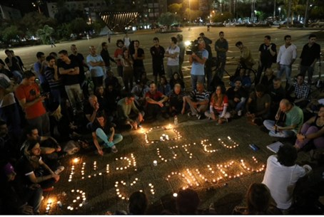 Impromptu memorial for Arik Einstein in Rabin