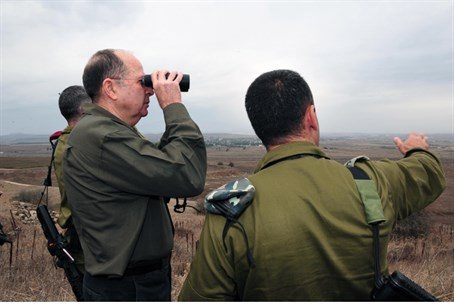 Moshe Ya'alon looks at Syria (file)
