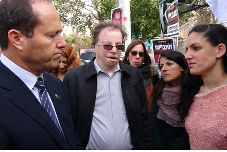 Barkat meets terror victims at protest camp