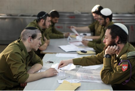 Hareidi soldiers study Talmud in uniform