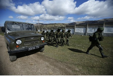 Armed men believed to be Russians, in Crimea