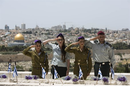Flag-laying ceremony for fallen Israeli solid