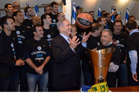 Netanyahu with members of Maccabi Tel Aviv