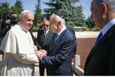 Peres greets Pope Francis as Netanyahu looks