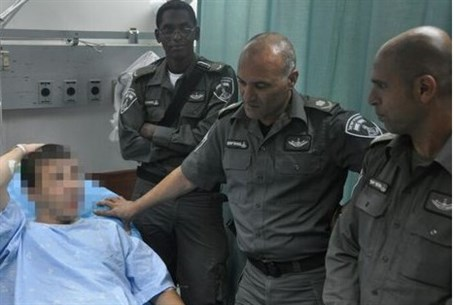 Maj. Gen. Yaakov, 2nd right, visits policeman