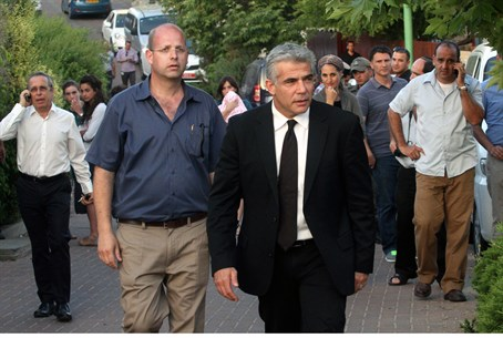 Yair Lapid meets Gilad Sha'ar's parents in Ta
