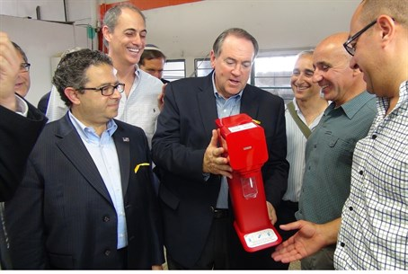 Mike Huckabee at SodaStream's Kfar Adumim fac