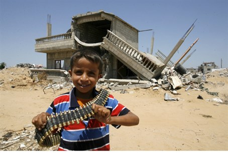 Palestinian child holds bullets in Gaza