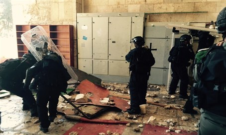 Police in Al-Aqsa Mosque