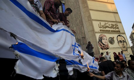 Egyptians burn Israeli flag in Cairo