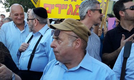 Natan Sharansky protests the Rabbinate