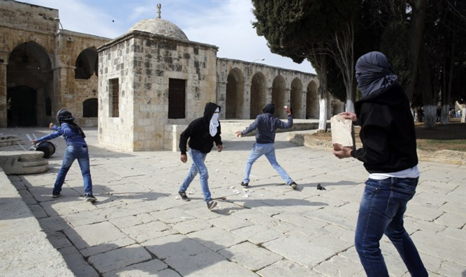 Muslim rioters with stones on the Temple Mount