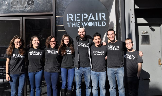 2016 Repair the World Fellows in front of their Crown Heights headquarters