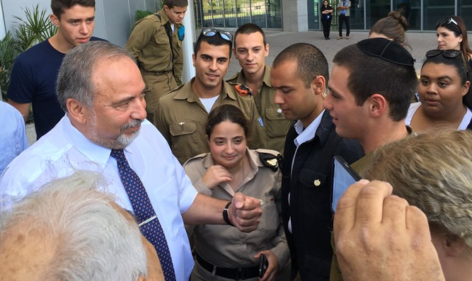 Liberman meets with lone soldiers