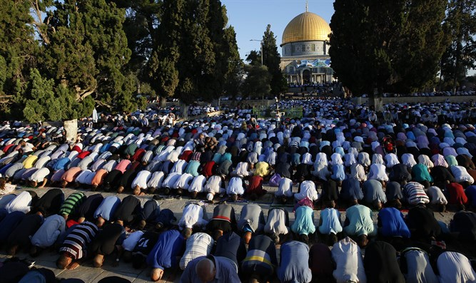 Muslims turn their backs to Al-Aqsa during prayer
