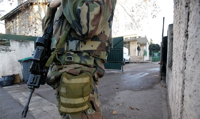 French soldier secures Jewish school in Marseille