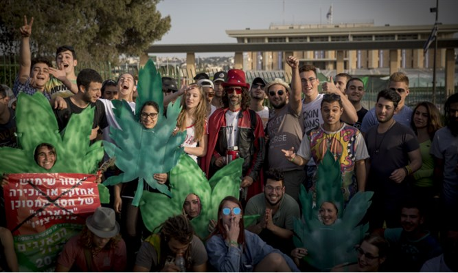 Pro-pot advocates demonstrate in front of Knesset for international 4:20 day