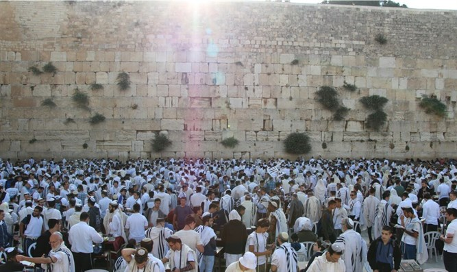Tens of thousands arrive at Western Wall