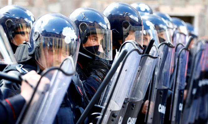 Italian riot police facing off against Muslims