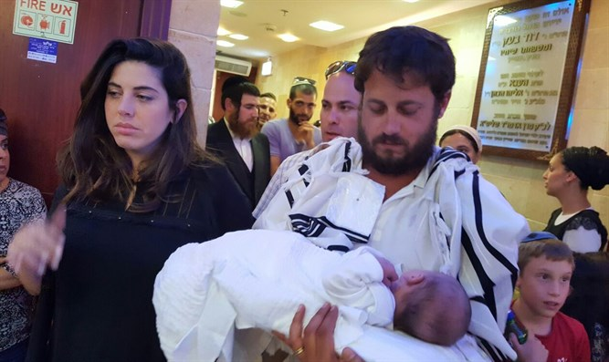 Shmuel and Chen Salomon with their baby