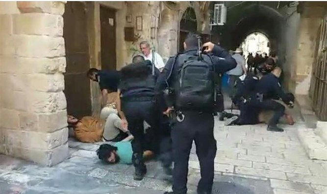 Police arrest Jews leaving Temple Mount