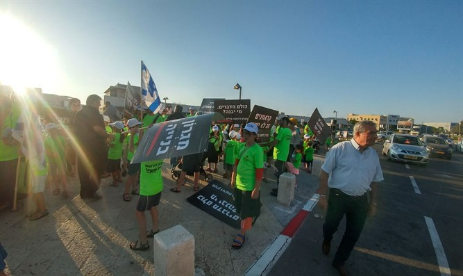 Migron residents demonstrate near Likud 'toast'